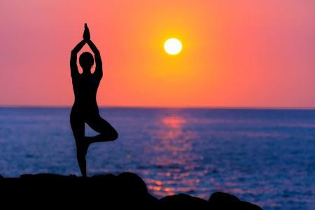 8 jógových pozic, které vám nastartují metabolismus